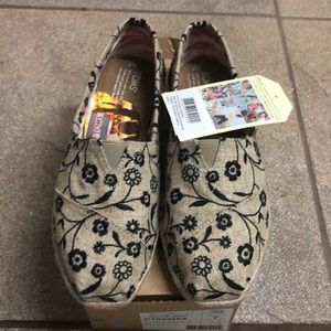Toms  - 7 - natural black floral embroidery- NIB